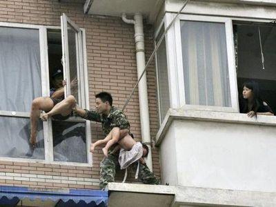 八階から落とされそうな少女を救出05