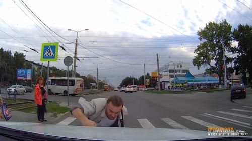 ロシアでは歩行者が車をはねる06
