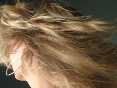 金髪女性とガソリンスタンドの対決TOP