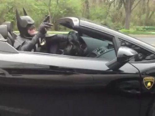 バットマンが警察に呼び止められる00
