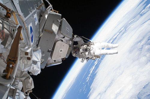 宇宙から地球を眺める女性飛行士04