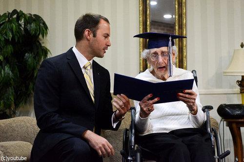 97歳女性が高校卒業証書に感涙05