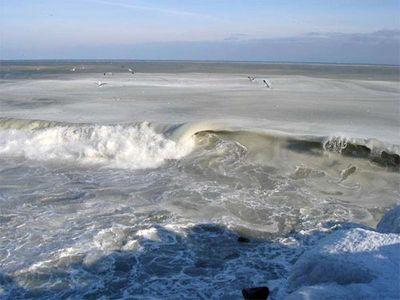 え、波って凍るんだ…09