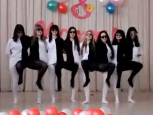 ロシアの女子学生たちのダンス01