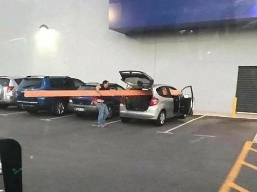 強引に車に積んでしまう人々15