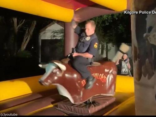 テキサス州の警官、ロデオの腕前を見せる00