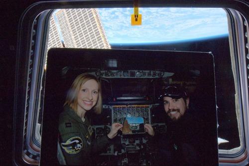 宇宙から妻と一緒に撮った写真01