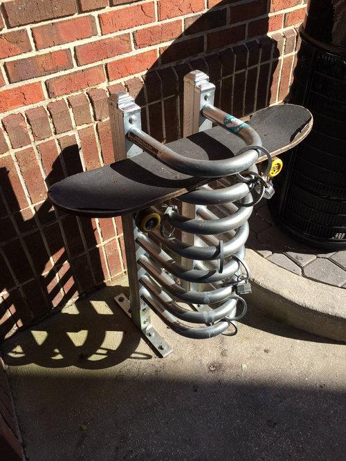 スケートボード用の駐輪場01