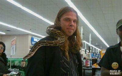 蛇を持って買い物