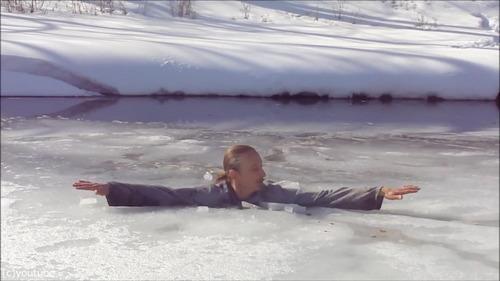 足元の氷が割れて落ちたときに這い上がる方法…06