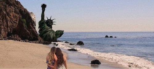 2人組の女の子の背景をビーチに18