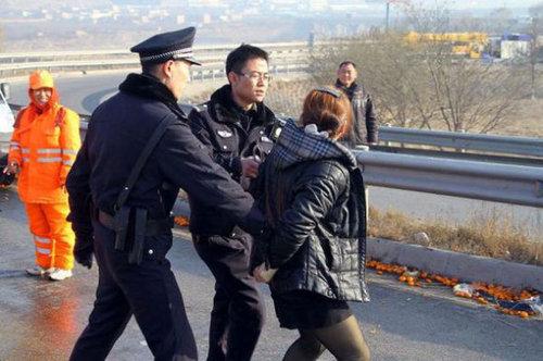 中国でみかんトラックが横転した結果04