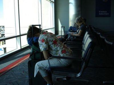 空港で眠りこける人々06