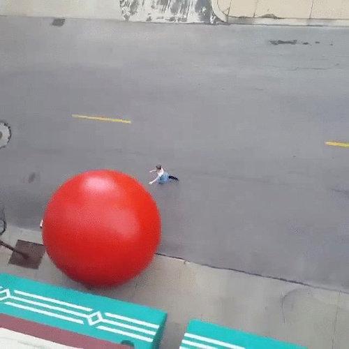 巨大な赤いボールが転がる06