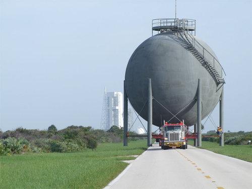 ガスタンクを車で運んでる写真01