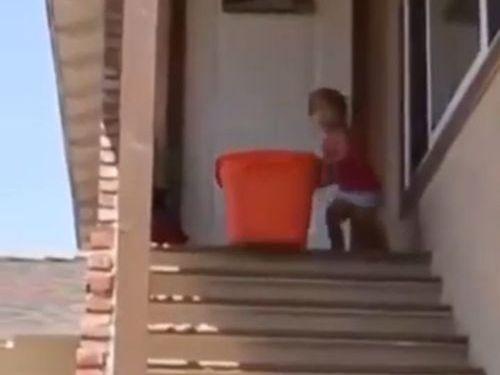 階段で遊ぶ子供たち01