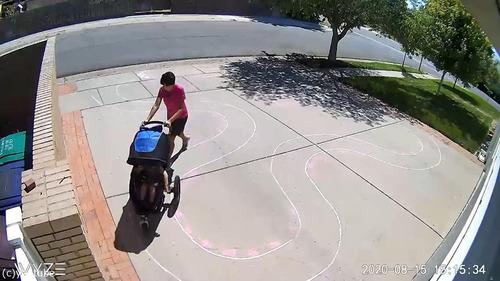 ガレージ前でモーションセンサーに映る子供07
