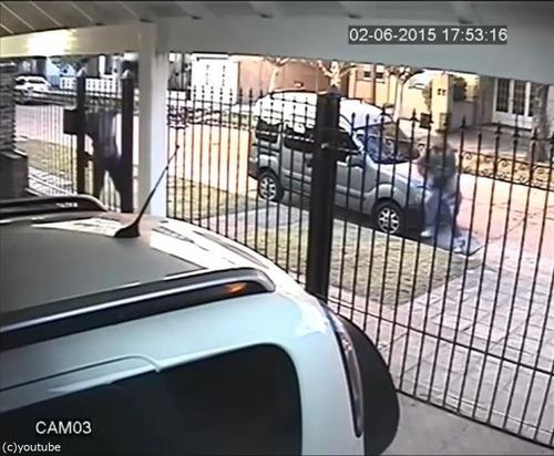 バイク強盗に襲われた女性、とっさの機転02