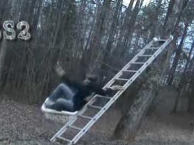 はしごで滑り台をしてみる→派手に大失敗04