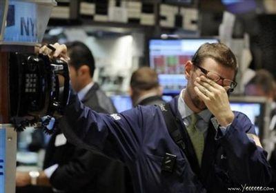 職場で嘆く男たち…金融危機の悲劇19