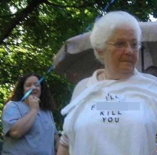 おもしろTシャツを着た老人たち19