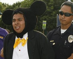 ミッキーマウスや白雪姫が逮捕03