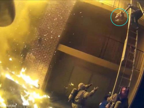 火事で3階から投げられた娘を消防士が受け止める00