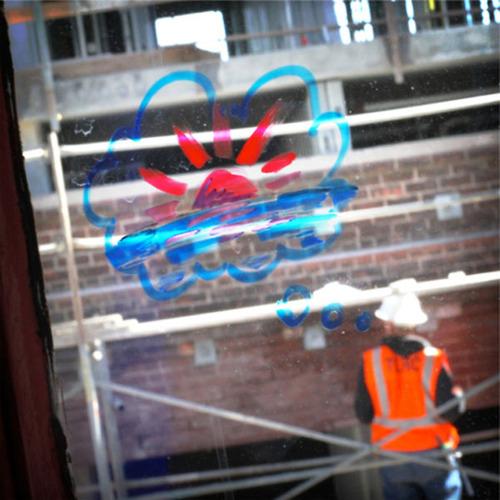 窓ガラスに落書き05