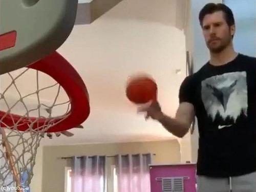 娘のバスケのおもちゃとパパ00