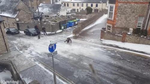 住宅街の路面が凍結した結果03