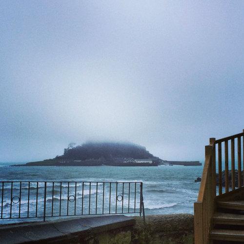 干潮時にしか歩いて行けない城のバー08