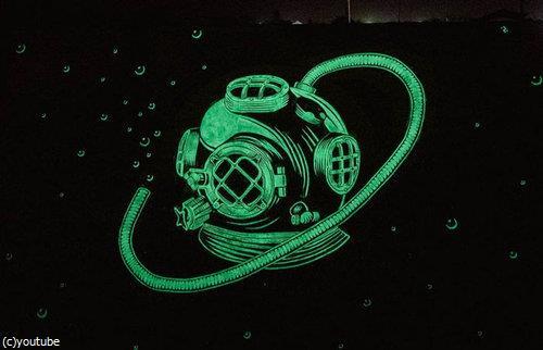 夜になると別の絵が浮かび上がるグラフィティ05