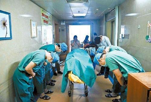 ドナーの子どもに医師たちが頭を下げる01