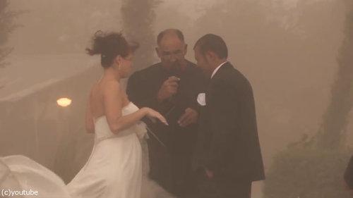 結婚式の愛の誓いのときに強烈な嵐09