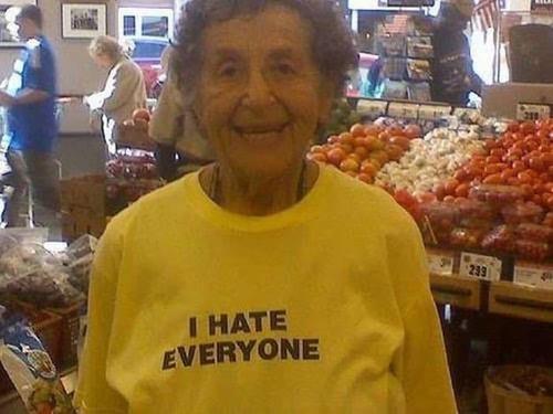 おもしろTシャツを着た老人たち07