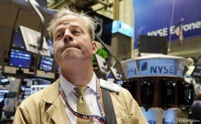 職場で嘆く男たち…金融危機の悲劇09