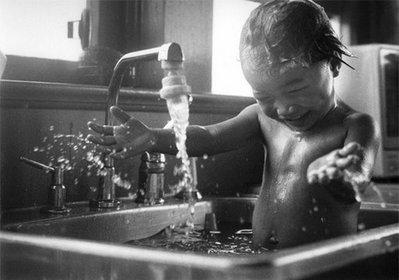 01-水遊びする子供