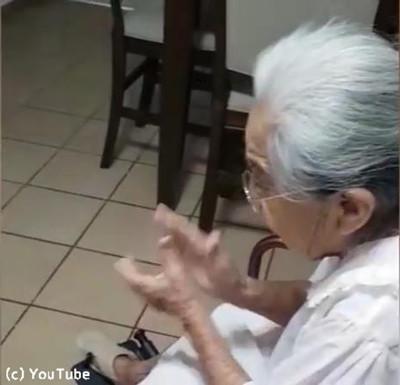 おばあちゃんの歌に合わせてダンスするわんこ01