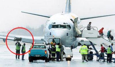 飛行中にエンジンが落っこちて乗客は恐怖に凍りつく1