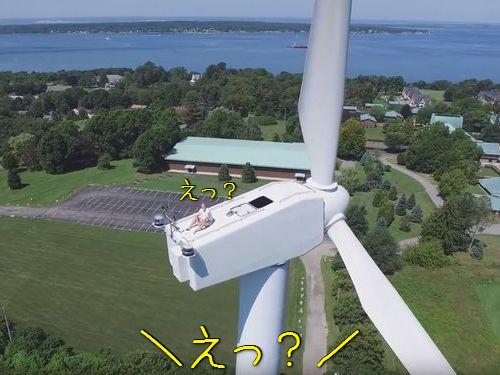 風力発電機の上で昼寝00