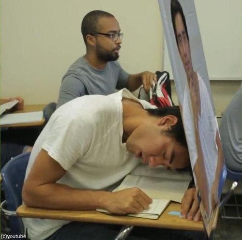 この中に1人、眠っている学生がいる03