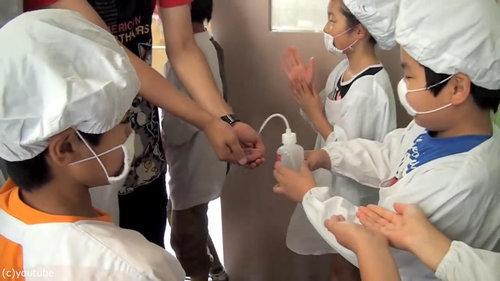 日本の給食風景をみた海外の人々02