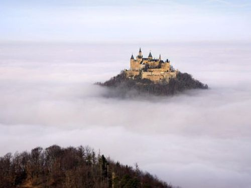 ホーエンツォレルン城00 霧の中に浮かぶこの城は、ドイツ南部にある「ホーエンツォレルン城」。 ま
