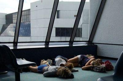 空港で眠りこける人々07
