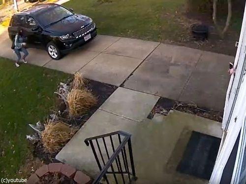 少女が強風の日に玄関を開けたら吹き飛ばされそうに05