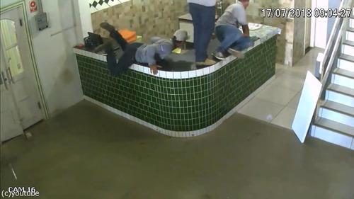 ブラジルの労働者たちが動物から逃げ惑う04