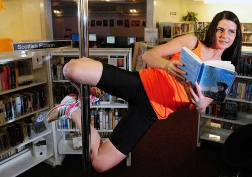 図書館でポールダンス01