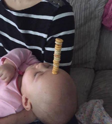 赤ちゃんの頭にシリアル積み07