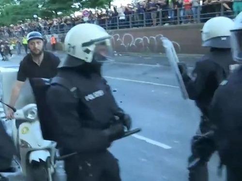 G20のデモ衝突のど真ん中にピザ配達05