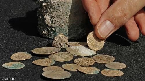 十字軍の頃の金貨が発掘される03